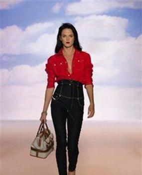 Yüksek bel giyinmek için 5 neden!  Geçtiğimiz yıl yüksek bel pantolonlar tek tük geri döndüğünde, çok fazla talep görmeyecek bir moda olduğuna inanmıştık. Fakat şimdi bu pantolonlar moda defilelerinde, sokaklarda, kısaca her yerde…  Artık düşük bel pantolonların iyice yerleştiğini ve yüksek bel pantolonların sadece 60'ların utanç veren fotoğraflarında kaldığını düşünüyorduk. Ne kadar da yanılmışız!   Artık yüksek beller geri döndüğüne göre, işte size yükse bel giymek için 5 neden!